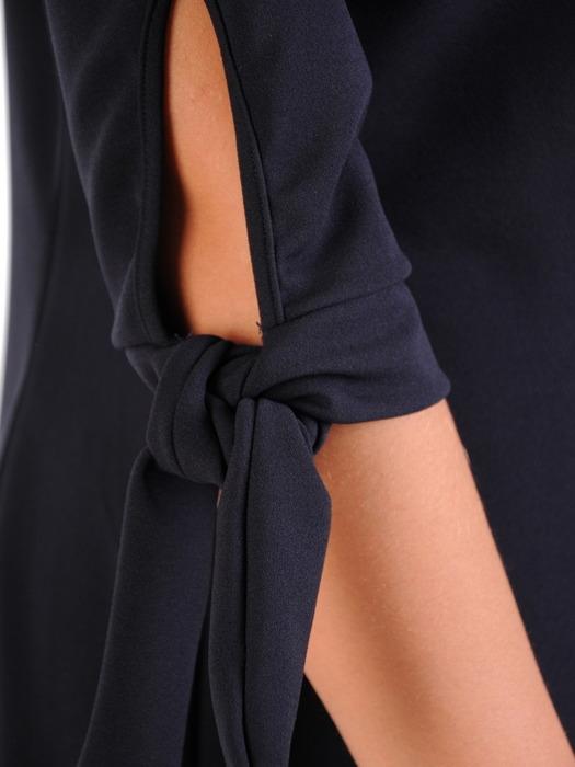 Sukienka z dzianiny, granatowa kreacja z wiązaniem na rękawach 23014