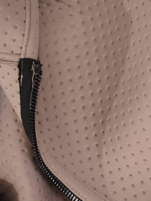 Beżowy płaszcz damski z kapturem i ozdobnymi kieszeniami 28493