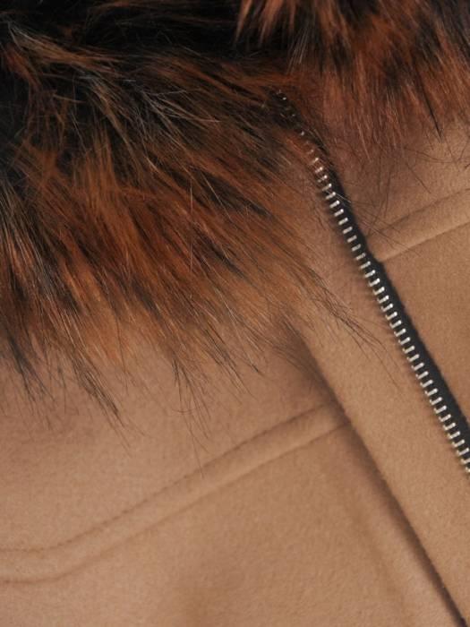 Beżowy płaszcz z odpinanym, futerkowym kapturem 27495