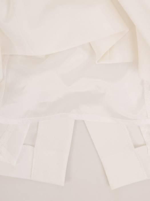 Biała, prosta sukienka z wyszczuplającymi przeszyciami 30093