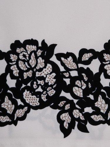 Biała sukienka z roślinnym ornamentem Alina, oryginalna kreacja na wiosnę.