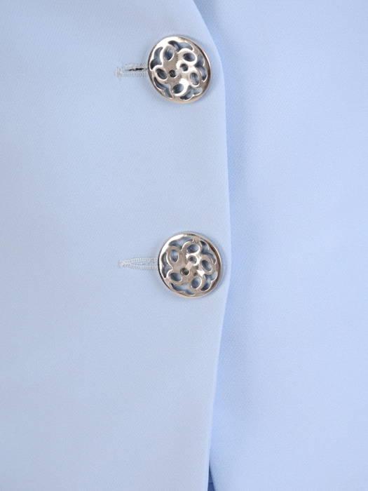 Błękitna garsonka z żakietem zapinanym na ozdobne guziki 30508