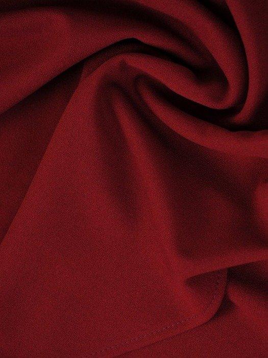 Bordowa sukienka z dzianiny, kreacja z kopertowym dekoltem 24098