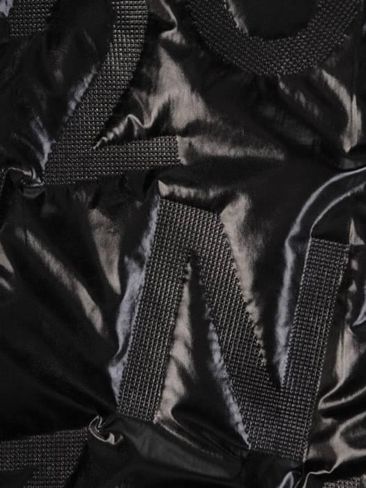 Czarna połyskująca kurtka zapinana na suwak 28623