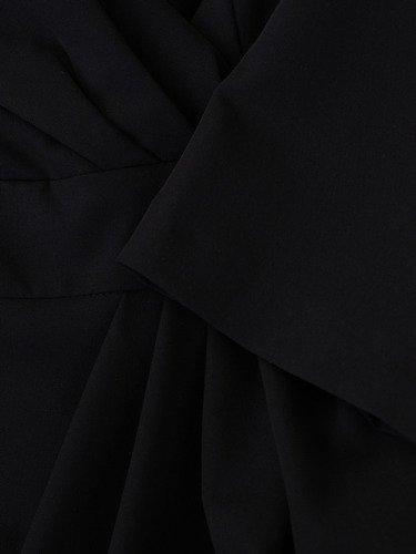 Czarna sukienka w wyszczuplającym fasonie Bonita II, wiosenna kreacja kopertowa.