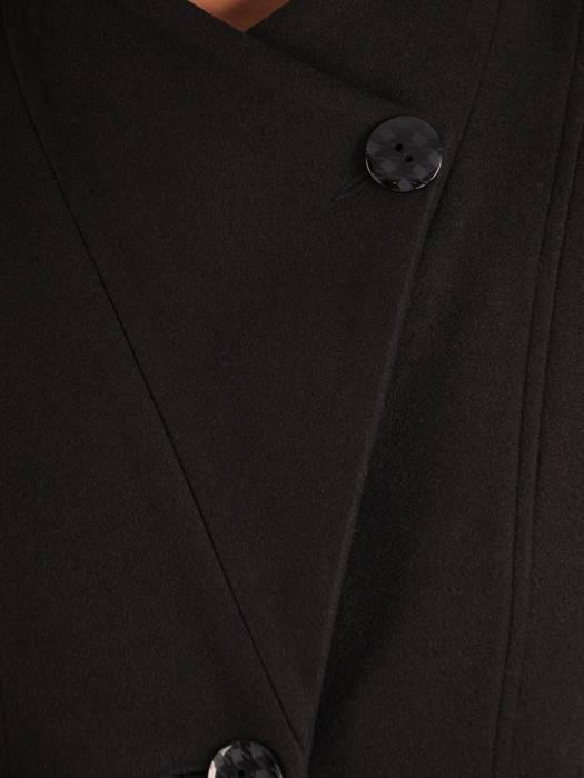 Czarny damski płaszcz z ozdobnym zapięciem pod szyją 26971