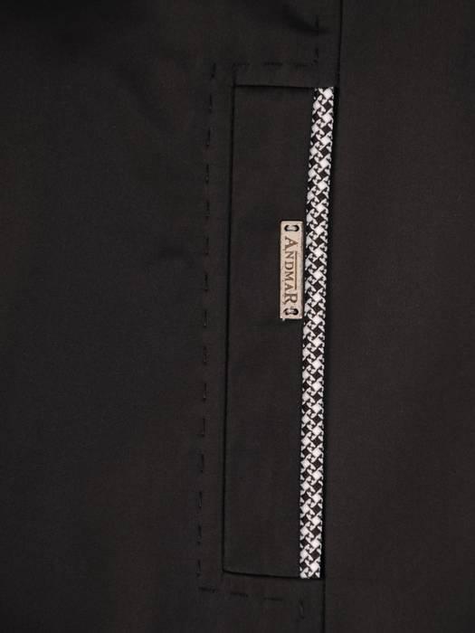 Czarny płaszcz z ozdobnymi  lamówkami 28542