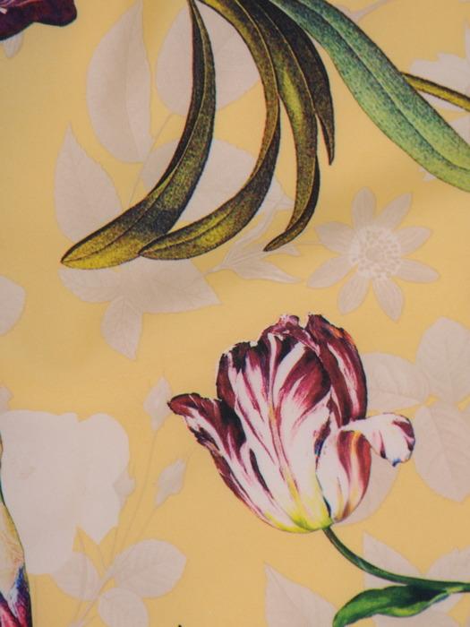 Długa sukienka z falbaną przy dekolcie, modna kreacja w kwiaty 21477