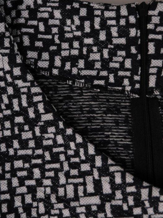 Dzianinowa sukienka w nowoczesny, geometryczny wzór Dina III.