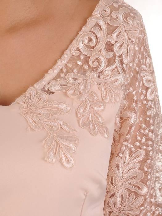 Elegancka sukienka morelowa, kreacja z oryginalnymi rękawami 28554