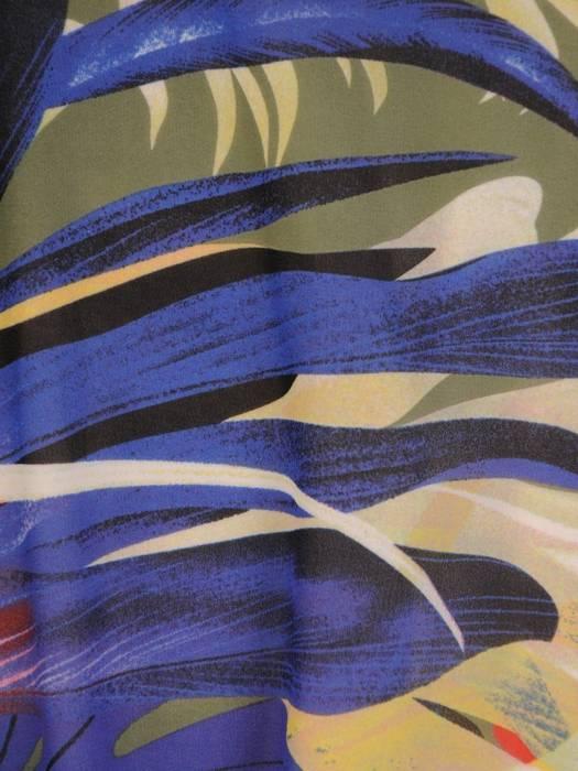 Elegancka sukienka w oryginalny wzór z kopertowym dekoltem 29005