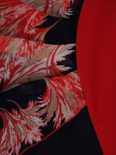 Elegancka sukienka z geometrycznymi wstawkami 16160.