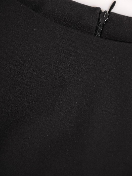 Elegancka sukienka z modną falbaną 17496, kreacja w kolorze czarnym.