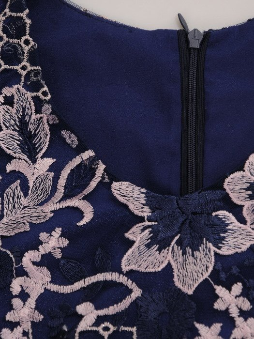 Elegancka sukienka z modnej koronki 16842.