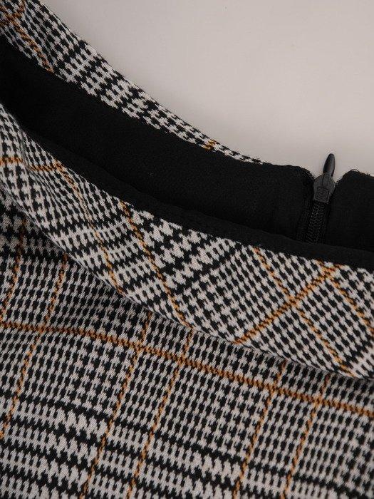 Elegancka sukienka z półgolfem 17461, jesienna kreacja w kratę.