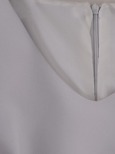 Elegancka sukienka z rozciętymi rękawami 15307, jasna kreacja w oryginalnym fasonie.