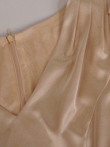 Elegancka sukienka z tkaniny satynowej 16367, kreacja z ozdobnymi rękawami.