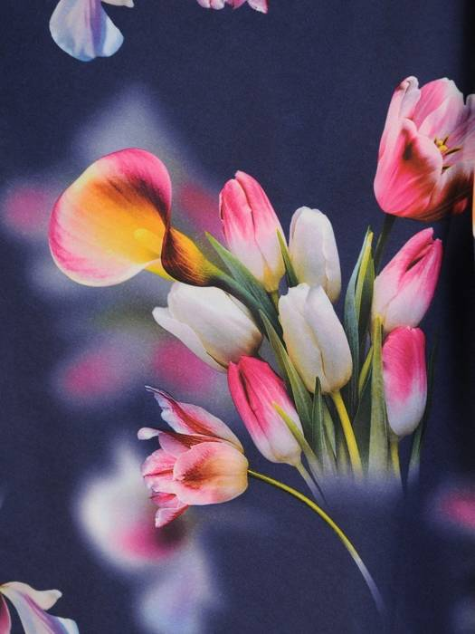 Kopertowa sukienka w kwiaty z ozdobnymi rozcięciami na rękawach 29937
