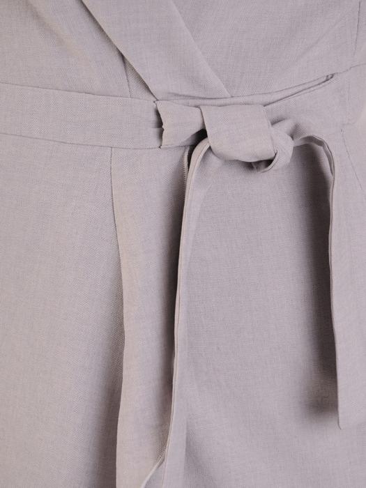 Kopertowa sukienka z szeroką falbaną, szara kreacja w eleganckim fasonie 21035
