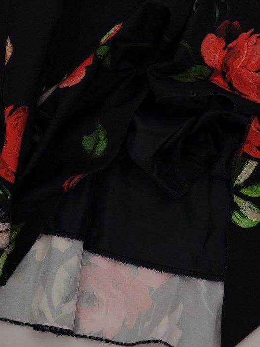 Luźna sukienka w kwiaty 17142, granatowa kreacja w modnym fasonie.