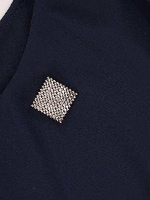 Luźna sukienka z  broszką, modna kreacja z szyfonową narzutką 27757
