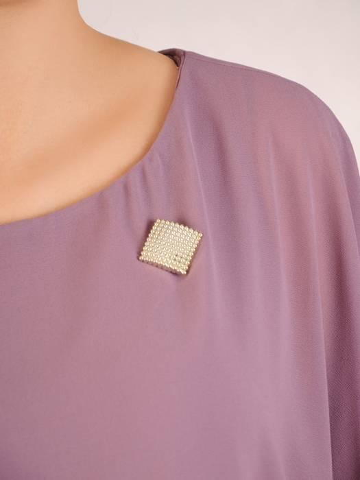Luźna sukienka z broszką, modna kreacja z szyfonową narzutką 30476