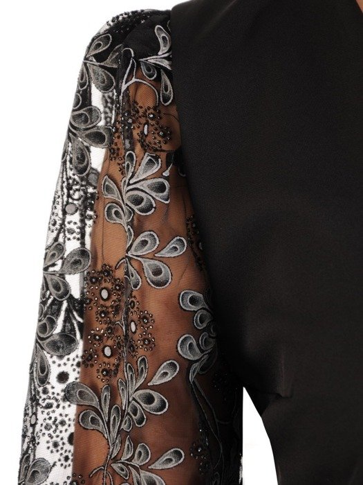 Mała czarna, kreacja z tiulowymi, bufiastymi ozdobnymi rękawami 24549