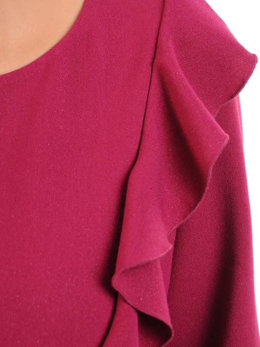 Malinowa sukienka ozdobiona falbanką na ramieniu 30849