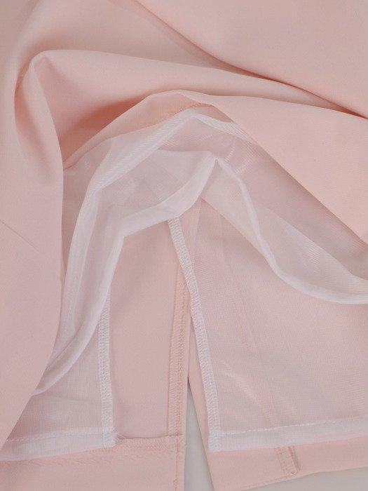 Modna sukienka z efektownym dekoltem Aldena V, pudrowa kreacja wizytowa