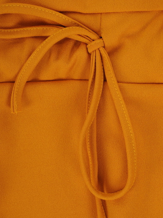 Musztardowa sukienka z ozdobnym ściągaczem, modna kreacja z dzianiny 22454