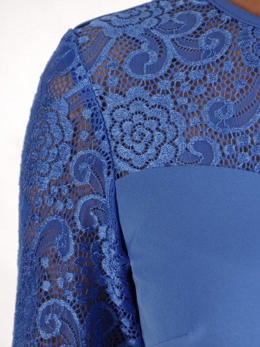Niebieska sukienka w prostym fasonie, elegancka kreacja z koronki i tkaniny 20005.