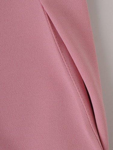 Nowoczesna sukienka z kieszeniami 15840, dzianinowa kreacja w pudrowym kolorze.