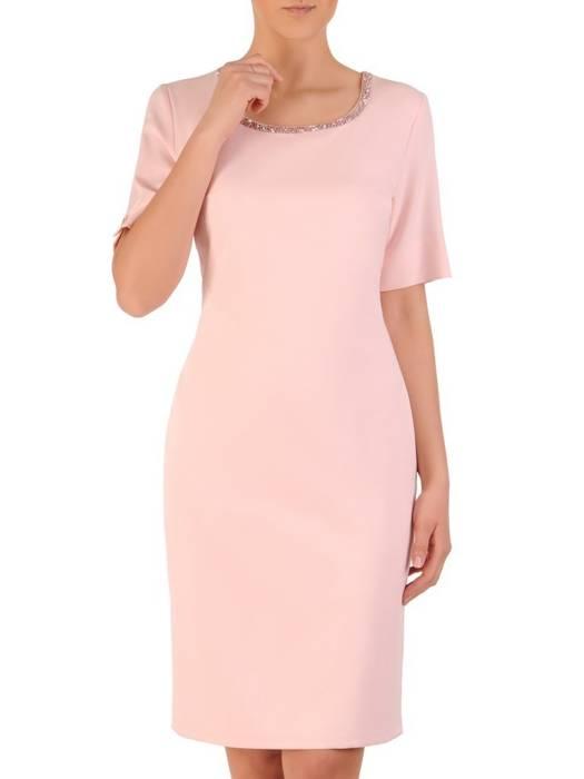 Prosta pudrowa sukienka z ozdobnym dekoltem 29809