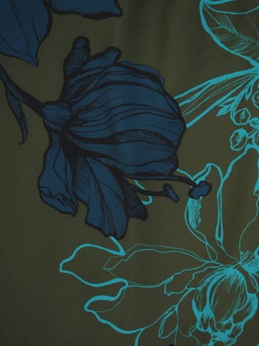 Prosta sukienka w kwiaty, kreacja wykończona taśmą z frędzlami 30356