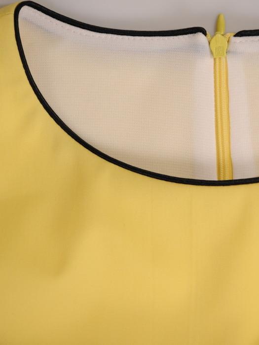 Prosta sukienka z kontrastowymi wstawkami, nowoczesna kreacja bez rękawów 21463