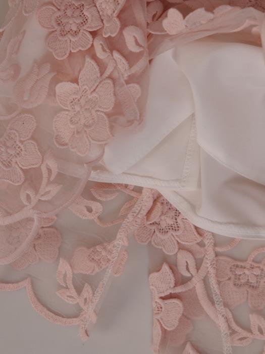 Prosta sukienka z kwiatowymi aplikacjami, elegancka kreacja z ozdobnej koronki 20344