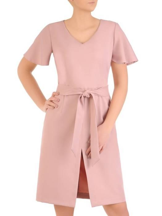 Pudrowa sukienka damska z ozdobnym rozcięciem i paskiem 28901