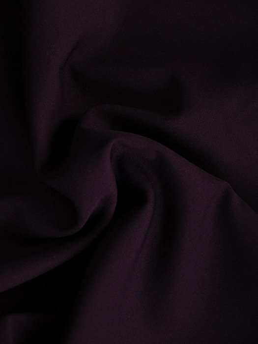 Sukienka damska 18183, śliwkowa kreacja z odkrytymi ramionami.