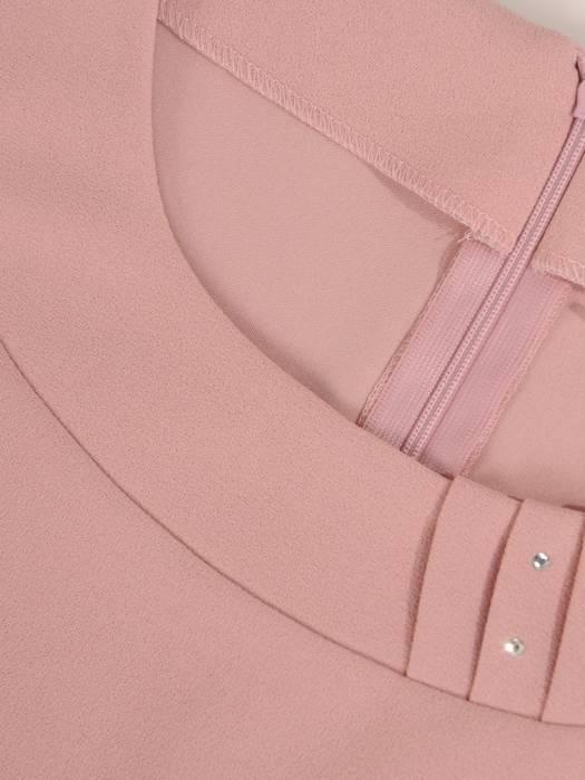 Sukienka damska, pudrowa kreacja z plisowanym dołem 27420