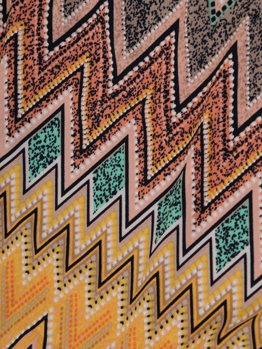 Sukienka w geometryczny wzór, prosty fason z dekoltem w serek