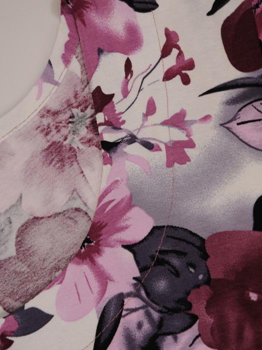 Sukienka w kwiaty, dzianinowa kreacja w długości midi 20678.