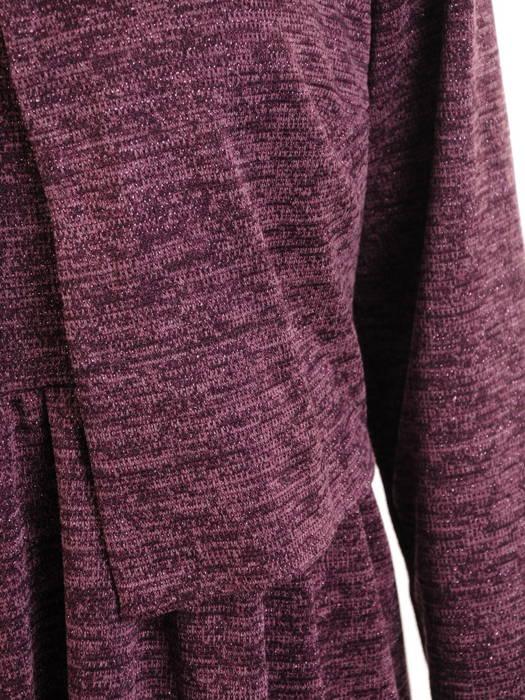 Sukienka z dzianiny, jesienna kreacja z ozdobną broszką 30868