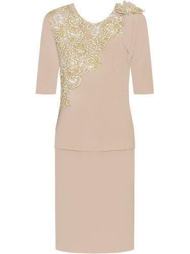 Sukienka z koronkową aplikacją Irka, elegancka kreacja wyszczuplająca figurę.