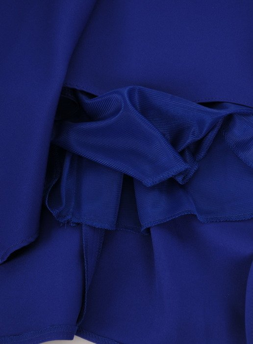 Sukienka z ozdobnym dekoltem Alika I, chabrowa kreacja wizytowa.