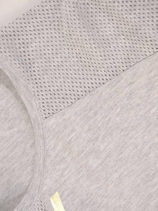Szara bluzka z ozdobnymi ażurowymi wstawkami 27863