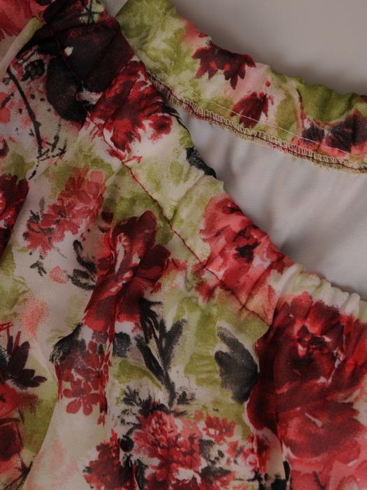 Zwiewna sukienka z falbaną i marszczonym dekoltem 21699